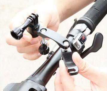 1 изображения установки крепления для экшн-камеры на руль