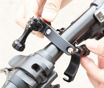 2 изображения установки крепления для экшн-камеры на руль