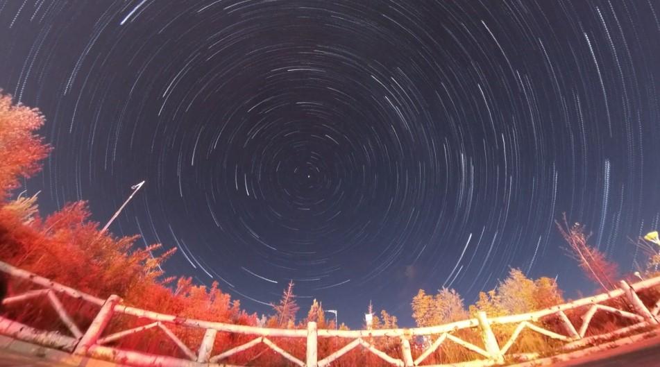 изображение ночной интервальной съемки при помощи Insta360 ONE R